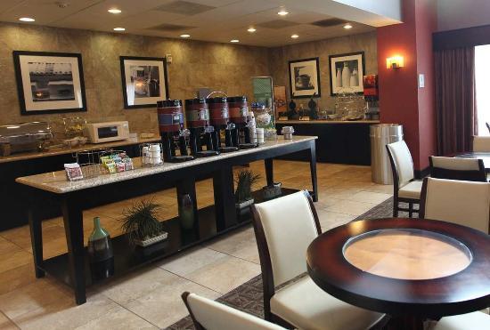Hampton Inn and Suites Roseville: Breakfast Daily