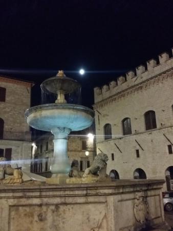 Hotel Umbra: piazza Comune at night