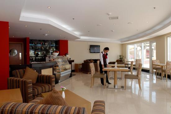 Al Jahra Copthorne Hotel & Resort: Sports Bar
