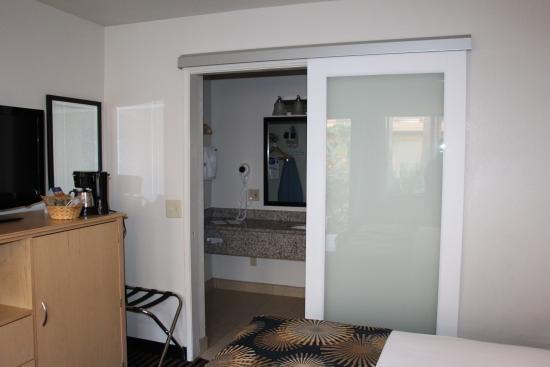 Modesto, CA: nice sliding door to close off bathroom