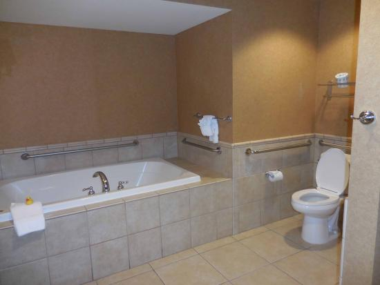Gold Country Casino & Hotel: Big Bathroom