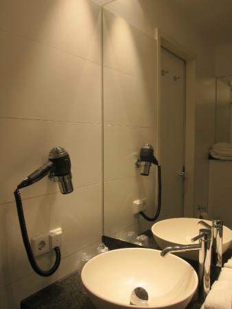 Motel One Berlin-Bellevue: bathroom2