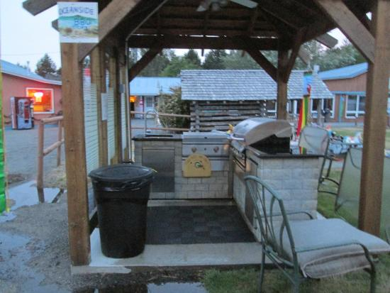 Oceanside Resort Motel : Outdoor kitchen