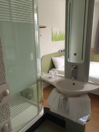 Ibis Budget Grenoble Sud Seyssins : Le lavabo et la douche au milieu de la chambre