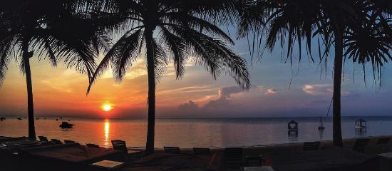 Puri Santrian : beach