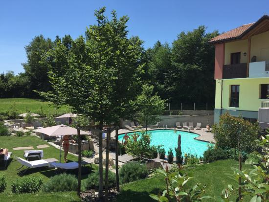 Piscina esterna con giardino foto di garden relais - Giardino con piscina esterna ...