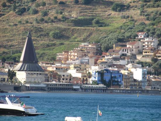 Hotel San Giovanni: Zicht op Giardini Naxos het hotel ligt aan het pleintje bij de kerk.