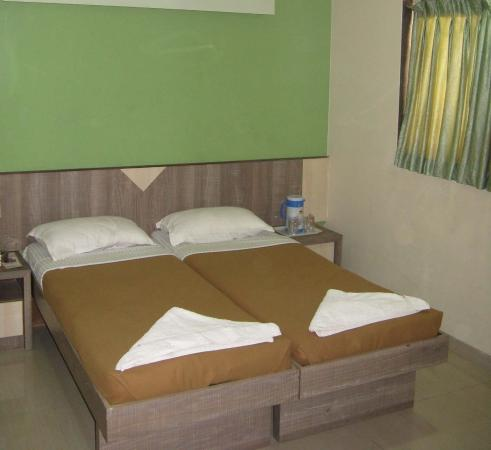 OYO 8311 Hotel Galaxy Residency: ROOM