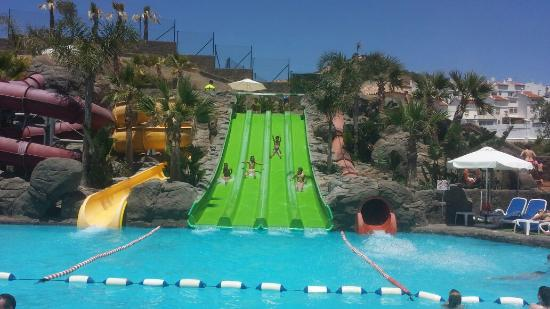 Juegos piscina picture of hotel los patos park for Toboganes para piscinas