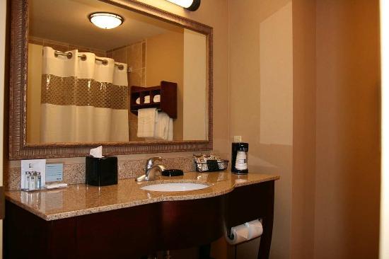 Hampton Inn Elkhorn: Guestroom Bathroom