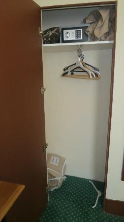Hotel Heliot: Kleiderschrank
