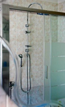 Arhet B&B: Bagno con doccia