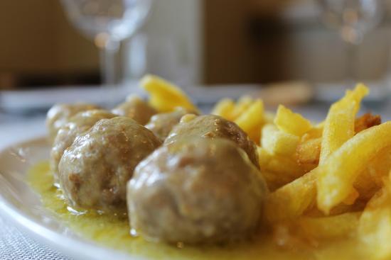 Alb ndigas guisadas con acompa amiento de patatas - Acompanamiento para albondigas ...