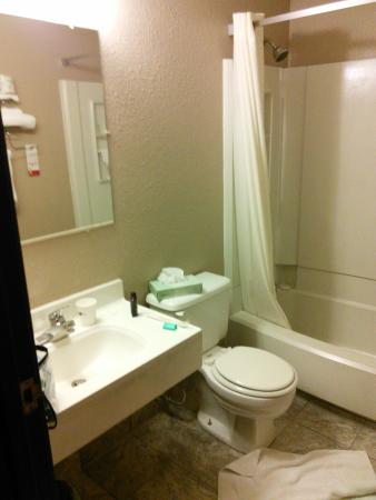 Super 8 Kenosha/Pleasant Prairie : My bathroom