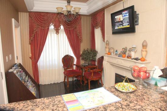 Wellesley Manor: Lobby view