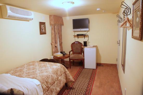 Wellesley Manor: Guest room