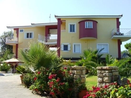 Irida Resort Suites: Exterior