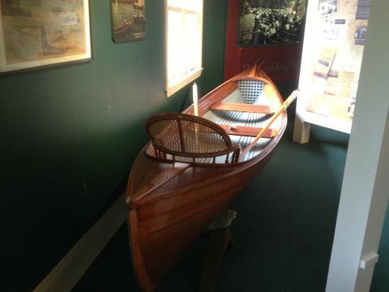 Gananoque, Canadá: Arthur Child Heritage Museum - wooden canoe