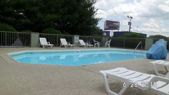 Super 8 by Wyndham Clarksville Northeast: pool