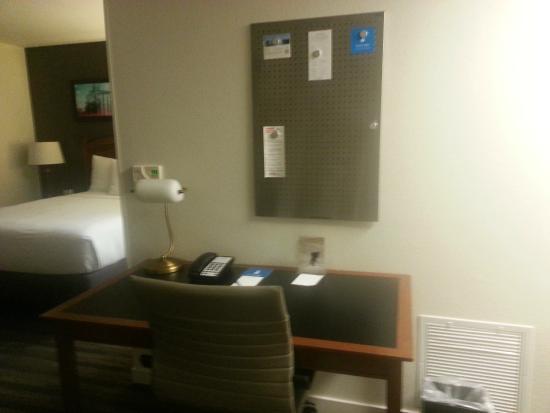 HYATT house Parsippany-East: Work area in room
