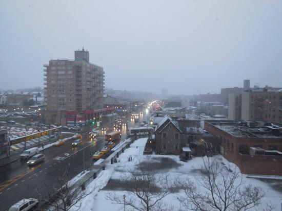 Ramada Jamaica/Queens: Vista do quarto.