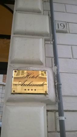 Hotel Archimede: вход в отель