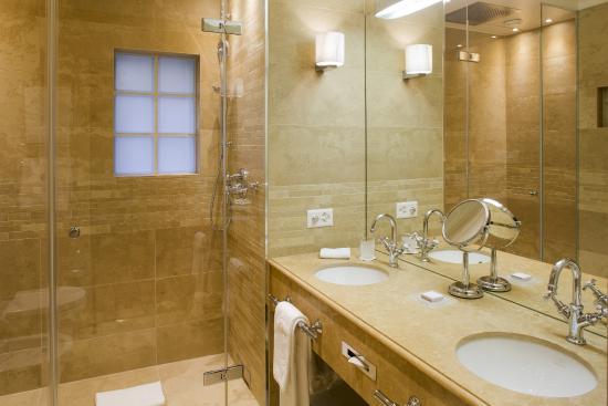 Salle de bains picture of hotel de la cigogne geneva for Salle de bain geneve