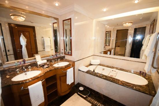 bathroom picture of the ritz carlton moscow moscow tripadvisor. Black Bedroom Furniture Sets. Home Design Ideas