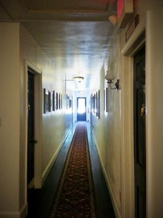 Berkeley Springs, Virginia Occidentale: View down hall from our room