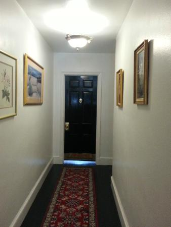 Berkeley Springs, Virginia Barat: View down hall to our room