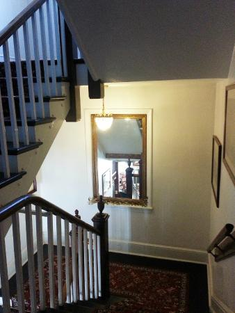 Berkeley Springs, Virginia Occidentale: Staircase 1 1/2 flights to our room
