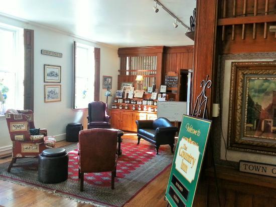 Berkeley Springs, WV: Lobby toward Restaurant + Bar