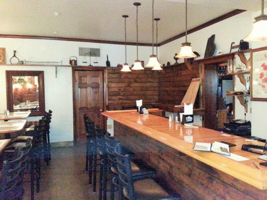 Berkeley Springs, Virginia Barat: Nicely Decorated Relaxing Bar Double sided, Other side with Large TV