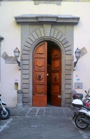Hotel Aldobrandini: Дверь  в подьезд