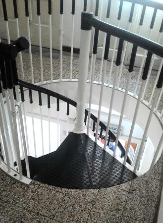 Hotel Aldobrandini: Лестница на 2 этаж в самом отеле