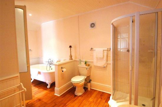 Cottage Pie: Cordovan Villa bathroom