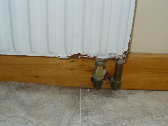 Loch Roag Guest House: Rusty radiator in bathroom