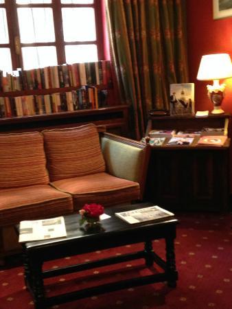 Hotel de la Bretonnerie: Hotel lobby has tourist books