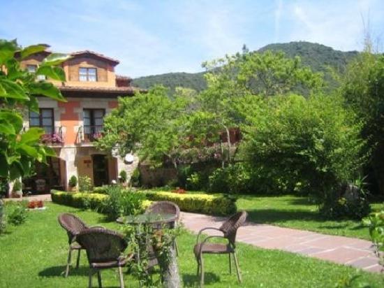 Posada Laura: La casa vista desde el jardín