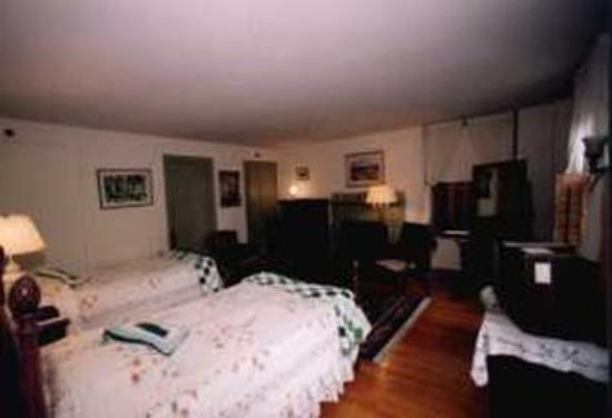 Yarmouth Port, MA: 2 twin guest room