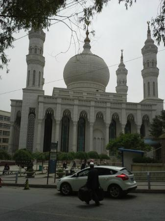 Nanguan Mosque: Fountains flank this mosque