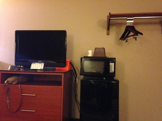 Super 8 Clearfield : Flatscreen, microwave, and mini fridge
