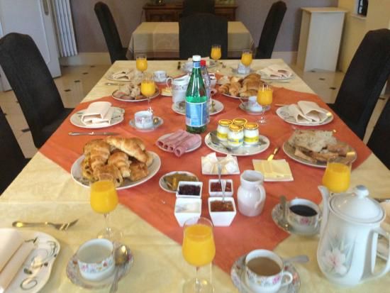 Restaurant Le Vieux Puits : Fabulous breakfast laid out for the eight people in our party