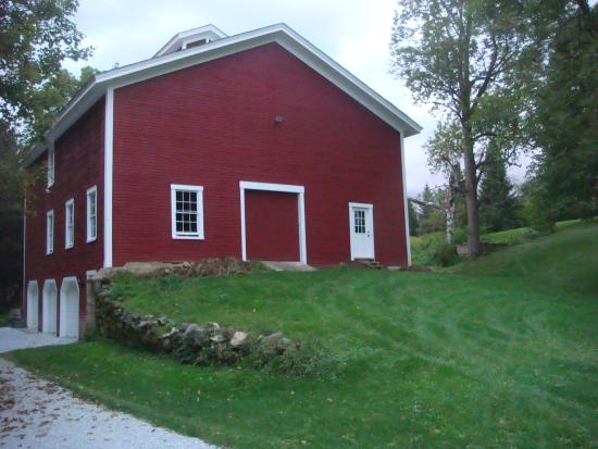 Antique Mansion B&B: Square Red Barn