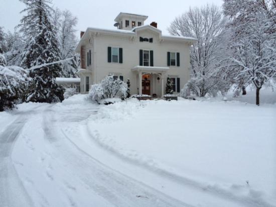 Antique Mansion B&B: Approach in snow