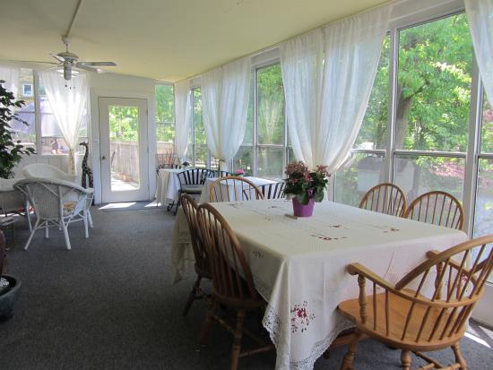 Inn-Chanted Forest Bed and Breakfast : Sunroom for Breakfast or to relax