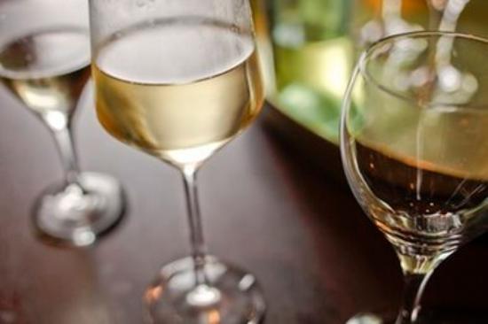 حياة بليس شيكاجو وارينفيل: Unwind with a Glass of Wine