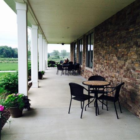 12 Corners Vineyards: Outdoor covered seating