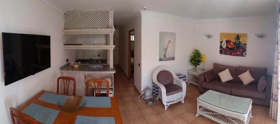 Apartamentos Taboga: Living met keuken en zitruimte