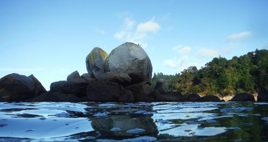 Kaiteriteri Kayaks : Split Apple Rock